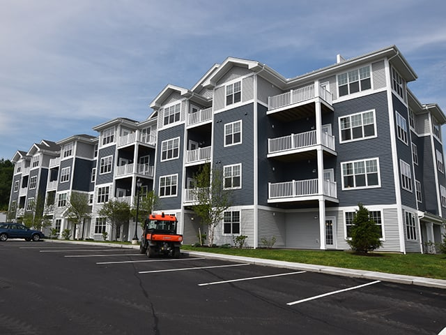exterior of Gilbert Crossing apartment building in Merrimack, NH